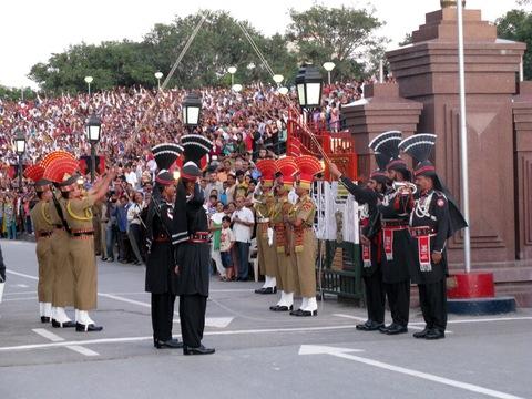 Perierga.gr - Πως κλείνουν τα σύνορα Ινδίας - Πακιστάν, κάθε μέρα!