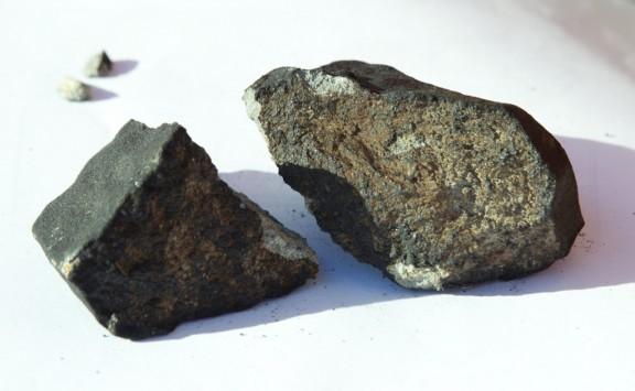 Perierga.gr - Μετεωρίτης έπεσε πάνω στο σπίτι τους!