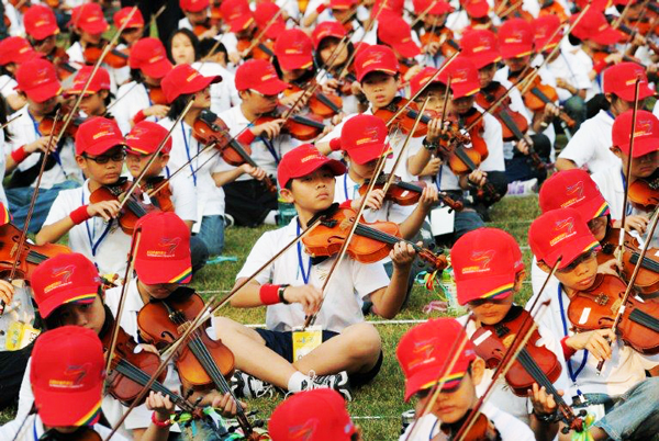 perierga.gr - 4.645 βιολιστές έπαιξαν μία μουσική σύνθεση!