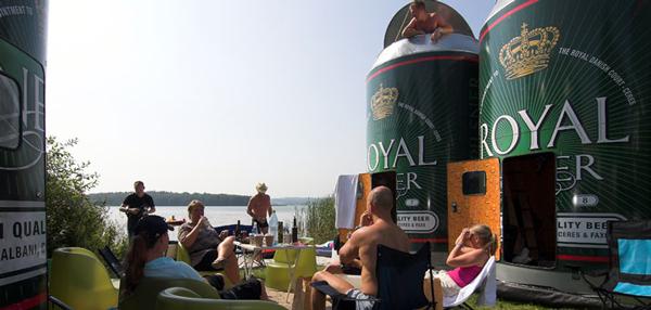 perierga.gr - Διακοπές μέσα σε ένα κουτί... μπίρας!