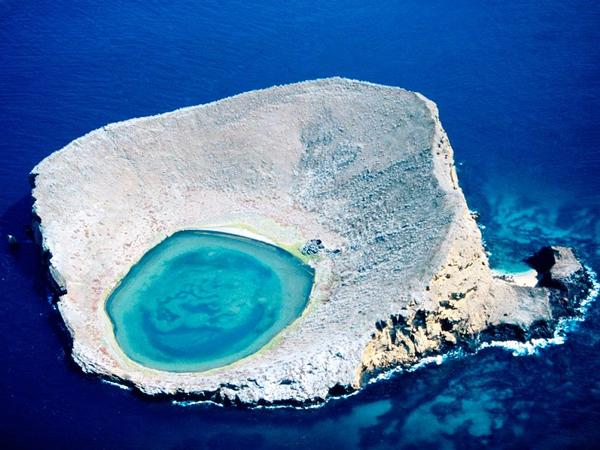perierga.gr - Μια καταγάλανη λίμνη στα βράχια!