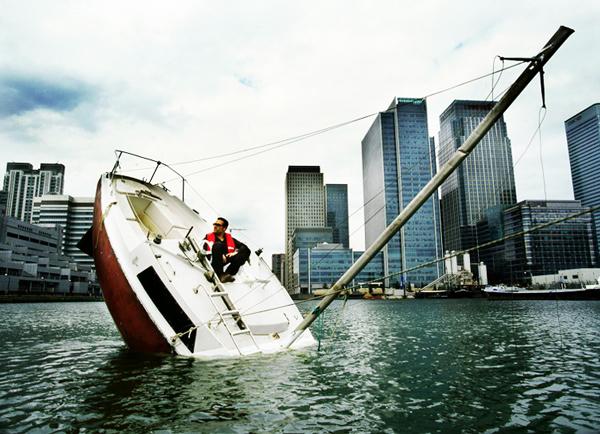 perierga.gr - Σαλπάρει με ένα... μισοβυθισμένο σκάφος!