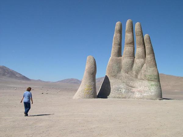 """perierga.gr - Το γιγάντιο """"Χέρι της Ερήμου""""!"""