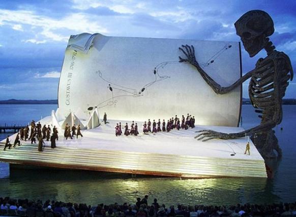 """perierga.gr - Η """"Όπερα στη λίμνη"""" με τα... χίλια πρόσωπα!"""