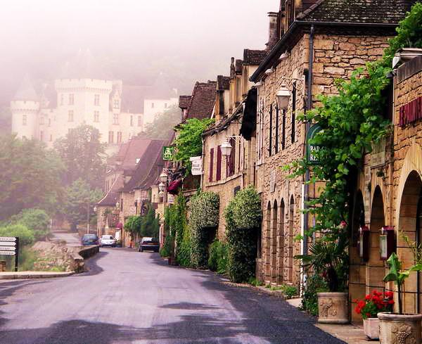 Το μαγευτικό μεσαιωνικό χωριό roque-gageac