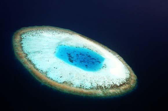 "perierga.gr - Ένα ""γαλάζιο μάτι"" στη μέση του ωκεανού!"