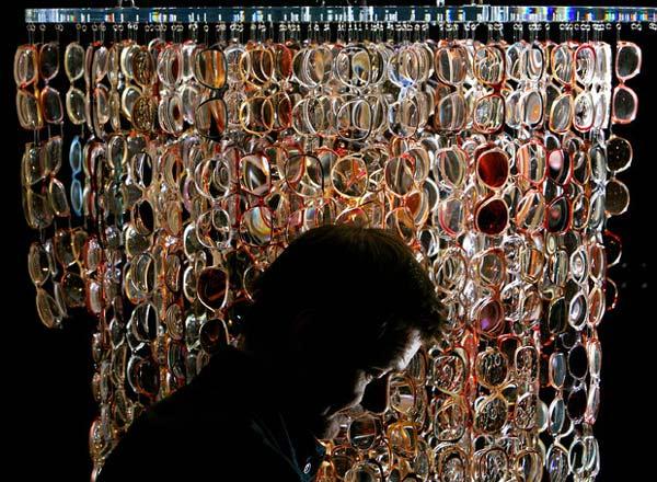 perierga.gr - Ένας πολυέλαιος από 1.000 ζευγάρια γυαλιά!