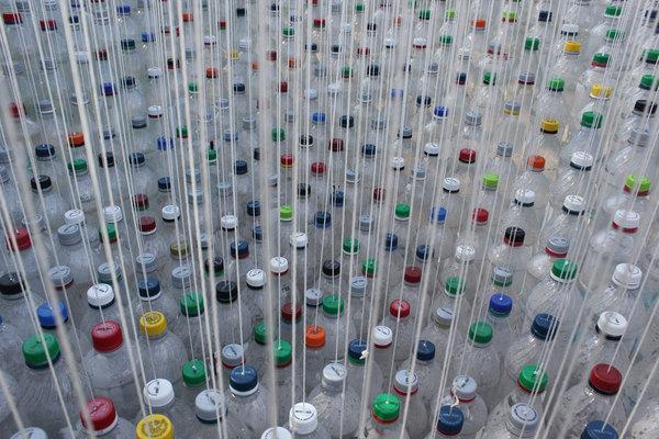 perierga.gr - Πρωτότυπη ιδέα: Στέγαστρο από πολύχρωμα μπουκάλια!