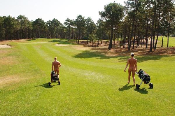 perierga.gr - Παίζοντας γκολφ με... αδαμιαία περιβολή!