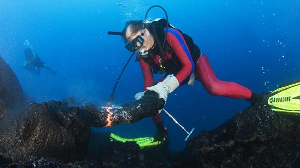 perierga.gr - Γλυπτά από... καυτή λάβα στα βάθη του ωκεανού!