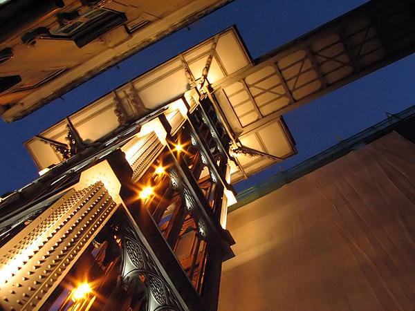 perierga.gr - Παράξενο νεο-γοτθικό ασανσέρ στο κέντρο της πόλης!