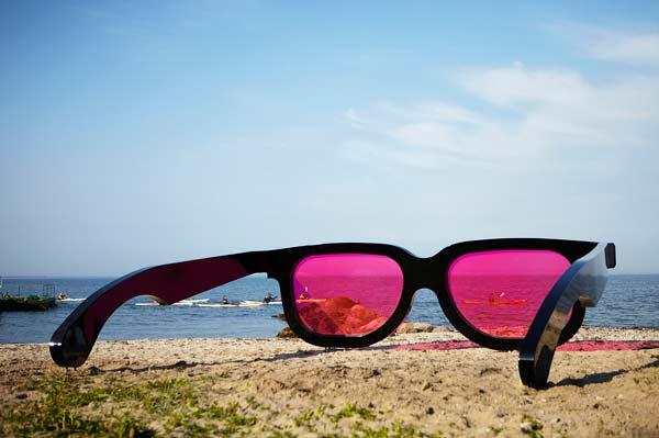 Τεράστια γυαλιά αλλάζουν χρώμα στη