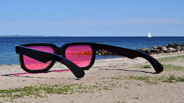 Τεράστια γυαλιά «αλλάζουν» χρώμα στη