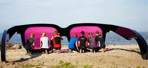 "perierga.gr - Τεράστια γυαλιά ""αλλάζουν"" χρώμα στη θάλασσα!"