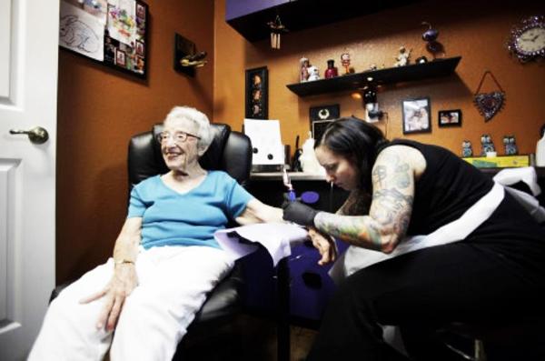 perierga.gr - Μια γιαγιά έκανε τατουάζ στα 101 της χρόνια!
