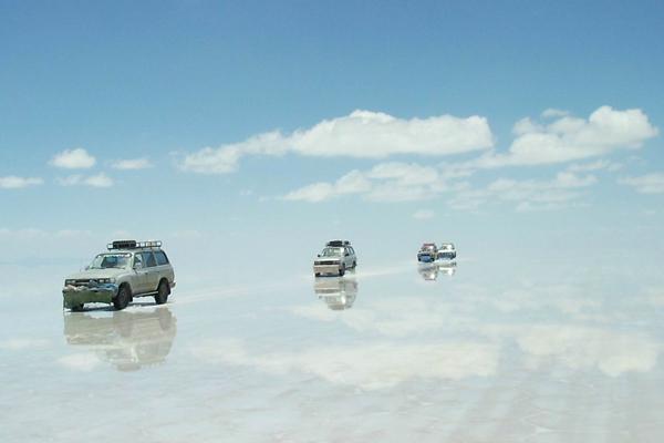 """Μια παράξενη έρημος """"καθρεφτίζει"""" τον ουρανό!"""