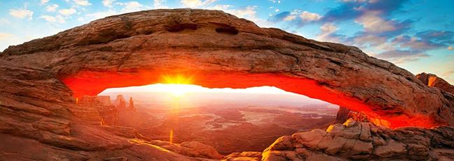 Ο ήλιος ανατέλλει μέσα από τα φαράγγια