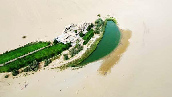 perierga.gr - Λίμνη σε σχήμα φεγγαριού!