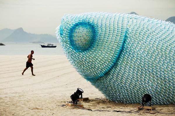 perierga.gr - Γιγάντια φωτιζόμενα ψάρια από πλαστικά μπουκάλια!