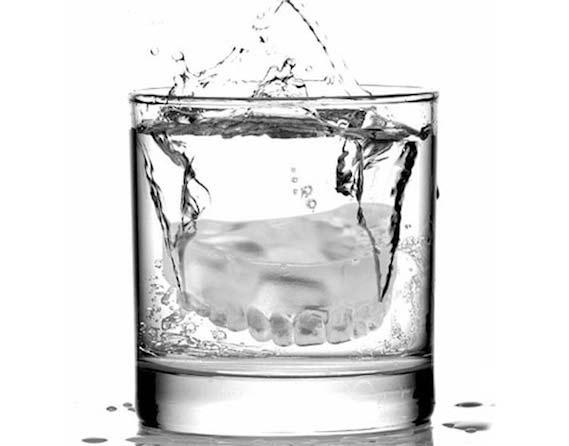 Ουπς! Μια... μασέλα στο ποτήρι!