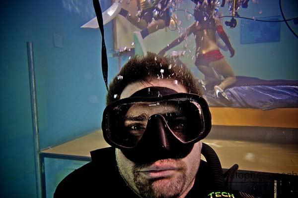 perierga.gr - Σούπερ-σέξι μαξιλαροπόλεμος... κάτω από το νερό!