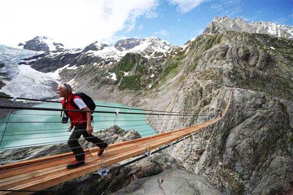 "perierga.gr - Η πιο θεαματική κρεμαστή ""πεζογέφυρα"" στον κόσμο!"