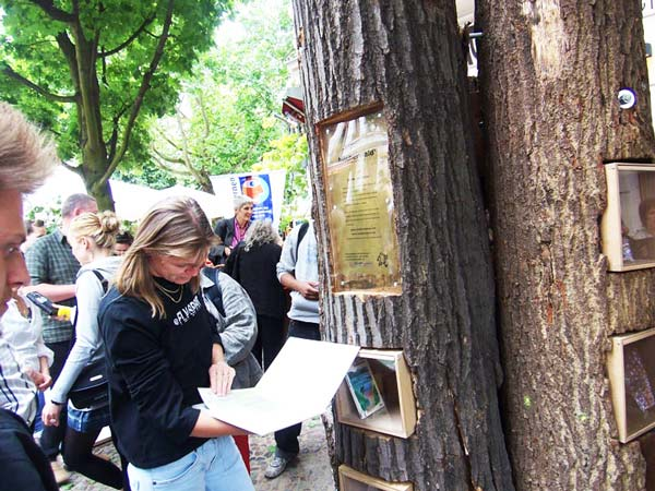 perierga.gr - Δημόσιες βιβλιοθήκες μέσα σε... κορμούς δέντρων!