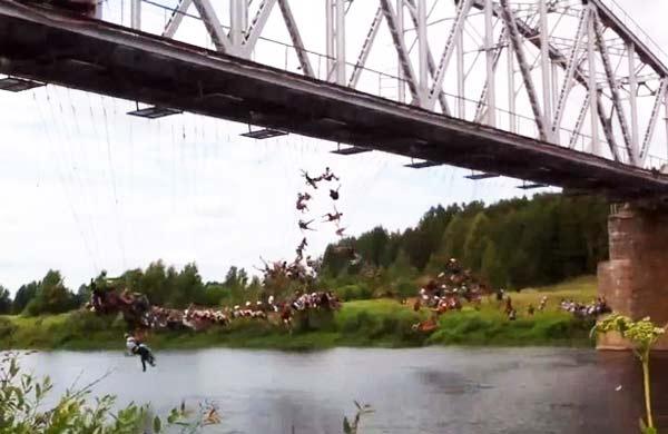 135 άτομα κάνουν ταυτόχρονα bungee jumping!
