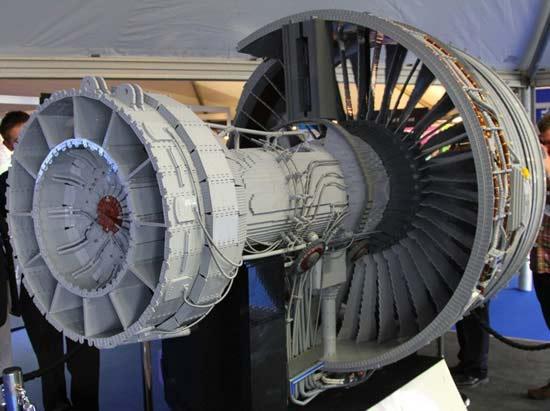 perierga.gr - Ο μεγαλύτερος κινητήρας με LEGO από τη Rolls-Royce!