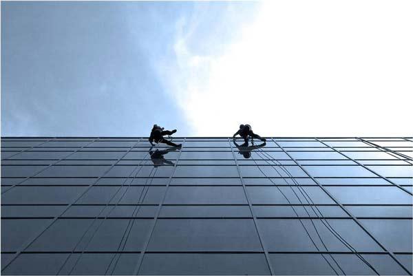 perierga.gr - Εσείς θα καθαρίζατε αυτά τα παράθυρα;