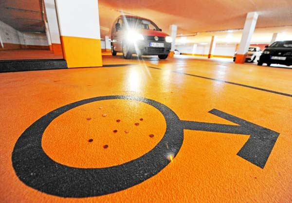 perierga.gr - Ειδικές θέσεις πάρκινγκ... μόνο για γυναίκες!