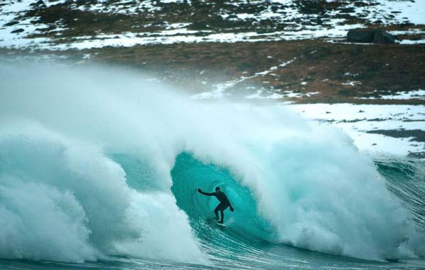 perierga.gr - Σέρφινγκ στα παγωμένα κύματα της Αρκτικής!