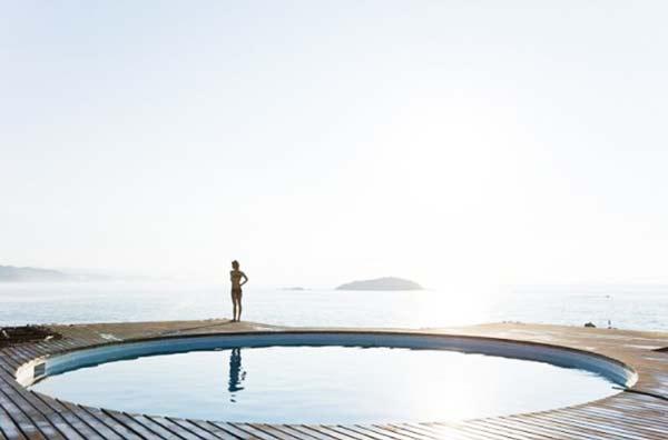perierga.gr - Μια πισίνα για... ταβάνι!