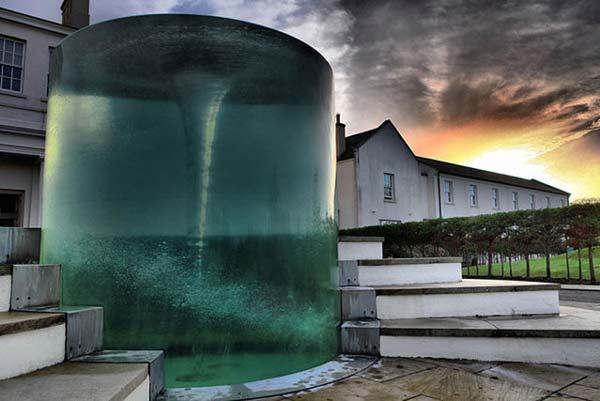 perierga.gr- Μια θαλάσσια δίνη μέσα στο σιντριβάνι!