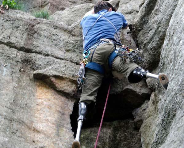 perierga.gr - Η δύναμη της θέλησης: Σκαρφαλώνοντας χωρίς πόδια!