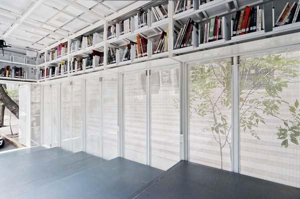 perierga.gr - Βιβλιοθήκη πάνω σε... τέσσερις τροχούς!