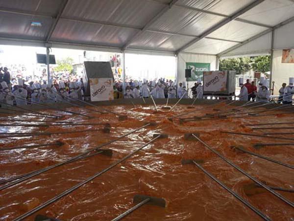 perierga.gr - Ομελέτα με 145.000 αβγά και βάρος 6 τόνους!