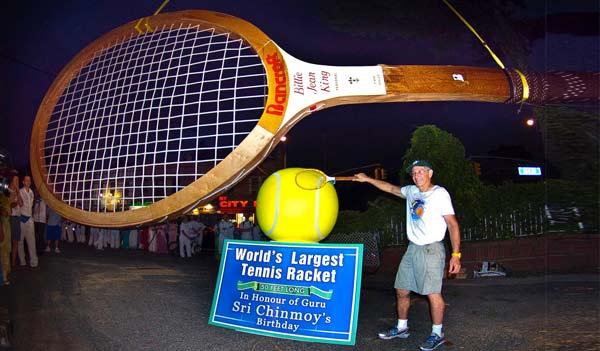 perierga.gr - Μια ρακέτα του τένις για... γίγαντες!