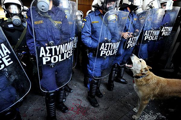 Perierga.gr - «Ο Λουκάνικος δε θα ξανακατέβει σε πορείες»