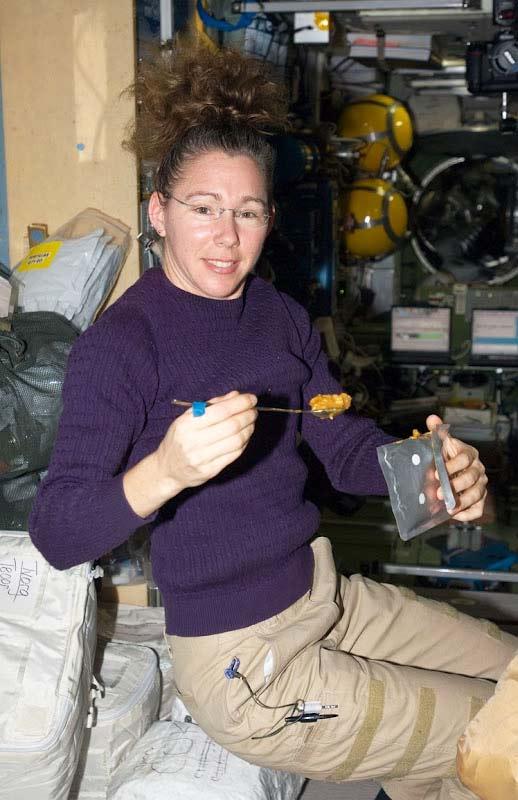 perierga.gr - Μια στροναύτισσα μαγειρεύει σε μηδενική βαρύτητα!