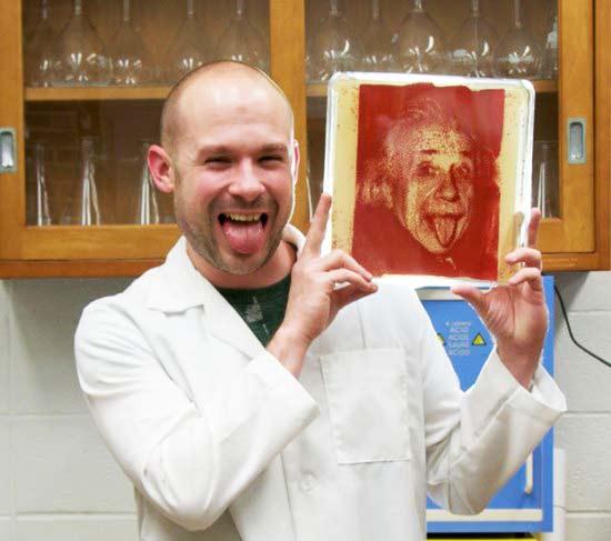 Βακτηριογραφία: Πορτρέτα διασήμων με... βακτήρια!