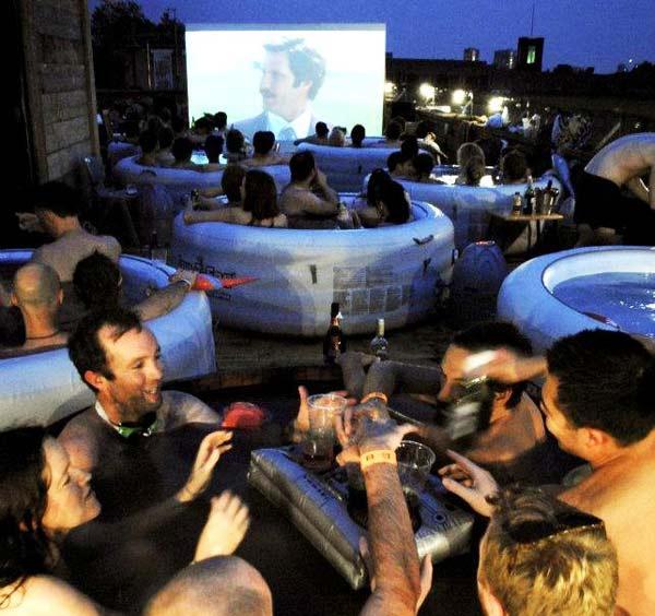 perierga.gr- Hot Tub Cinema: Τζακούζι και καλές ταινίες!