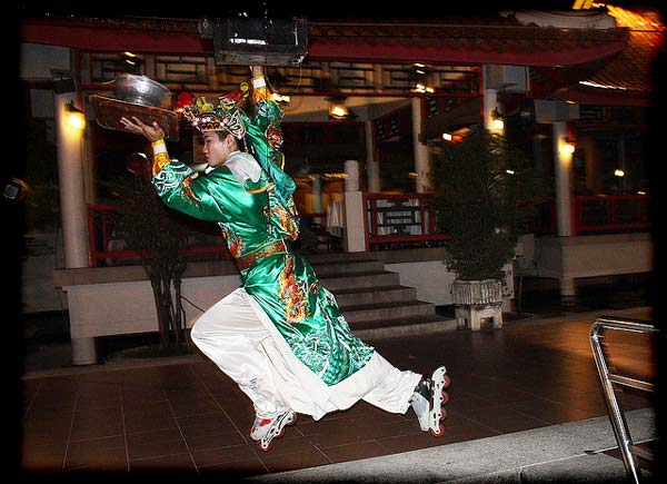 perierga.gr - Στο μεγαλύτερο εστιατόριο σερβίρουν φορώντας πατίνια!