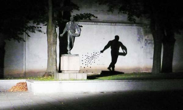 """perierga.gr - Το άγαλμα που """"μεταμορφώνεται"""" τη νύχτα!"""