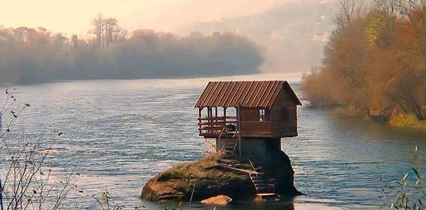 perierga.gr - Drina House: Το σπίτι του βράχου!