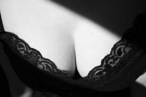 perierga.gr - Γιατί οι άντρες έχουν εμμονή με το γυναικείο στήθος;
