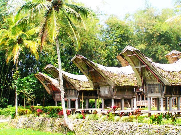 Τα περίπλοκα σπίτια-πλοία των Ινδονήσιων!