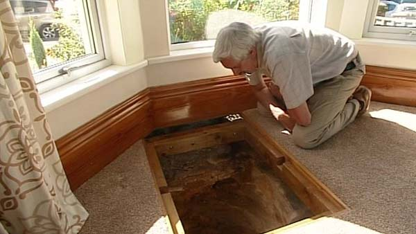 perierga.gr - Ανακάλυψαν ένα μεσαιωνικό πηγάδι στο σαλόνι τους!
