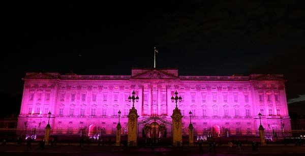 perierga.gr - 11 εθνικά μνημεία του κόσμου φωτίστηκαν... ροζ!