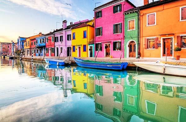 Πολλά χρώματα σε ένα τόσο δα νησάκι